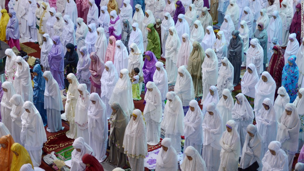 Indonesian Muslim women hold prayers on the first night of the holy month of Ramadan at the Istiqlal mosque in Jakarta on July 9, 2013.